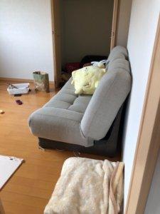 富山市、マンションの不用品回収現場ソファ写真