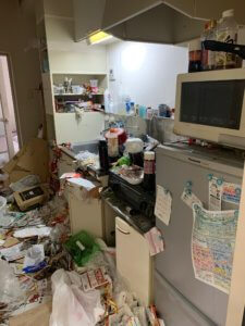 富山県富山市、ゴミ屋敷の片付け現場キッチン写真