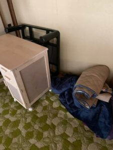 富山県富山市の一軒家の不用品回収現場の家具写真