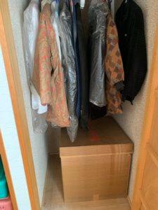 富山県富山市、押入れ内の不用品回収現場写真、洋服など