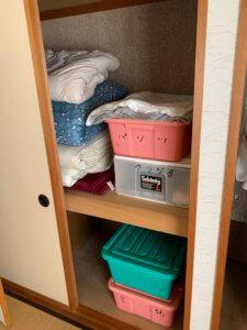 富山の押入れ内不用品回収現場写真、カラーボックスや布団など