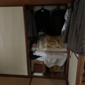 富山県富山市、遺品整理前の押し入れ写真