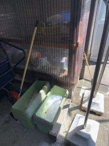 富山の不用品回収、倉庫内の園芸用品の写真